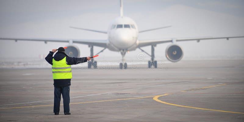 Señalización del trabajador del aeropuerto fotos de archivo