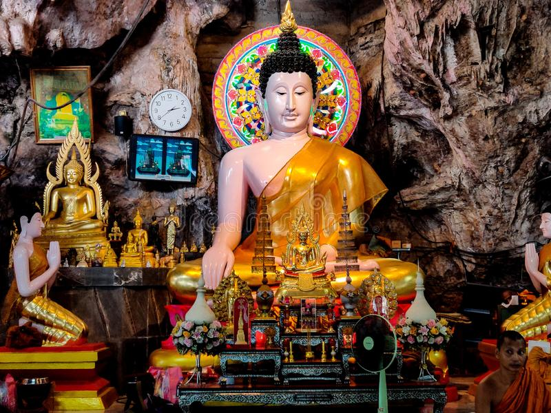Señor Buda en el krabi Tailandia del templo de la cueva del tigre imagen de archivo libre de regalías
