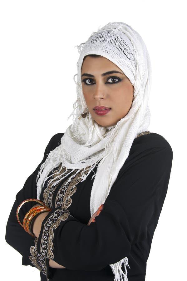 Señora árabe hermosa que desgasta islámico tradicional fotos de archivo