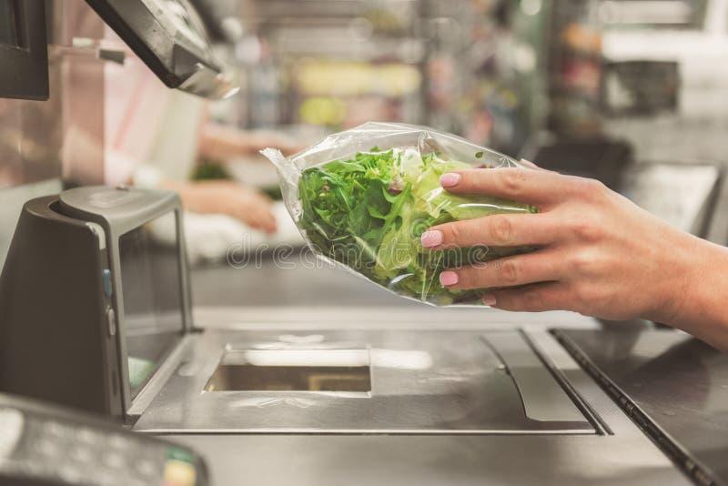 Señora adulta del cajero que trabaja en supermercado imagen de archivo libre de regalías