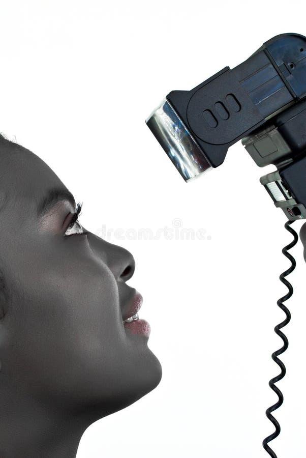 Señora africana con un flash negro imagenes de archivo