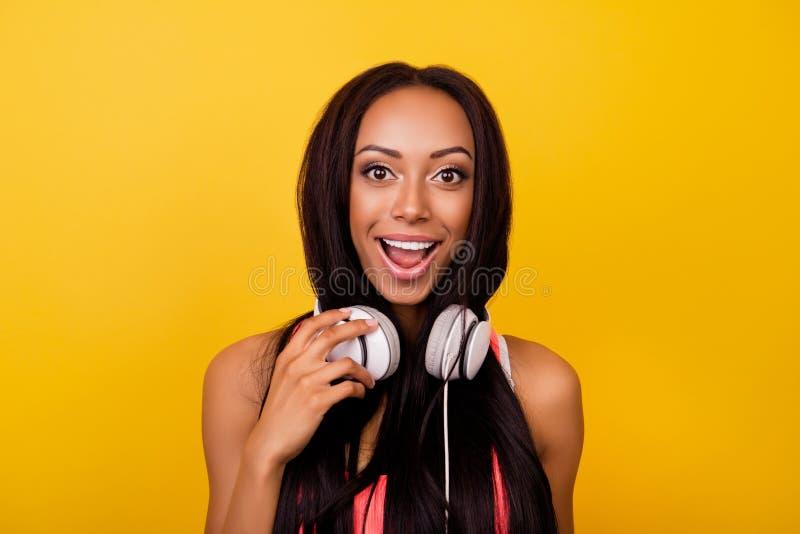 Señora afro elegante soñadora emocional muy alegre con el esquí de bronce fotografía de archivo