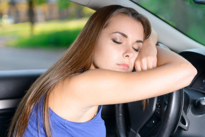 Señora agradable que duerme en coche fotografía de archivo
