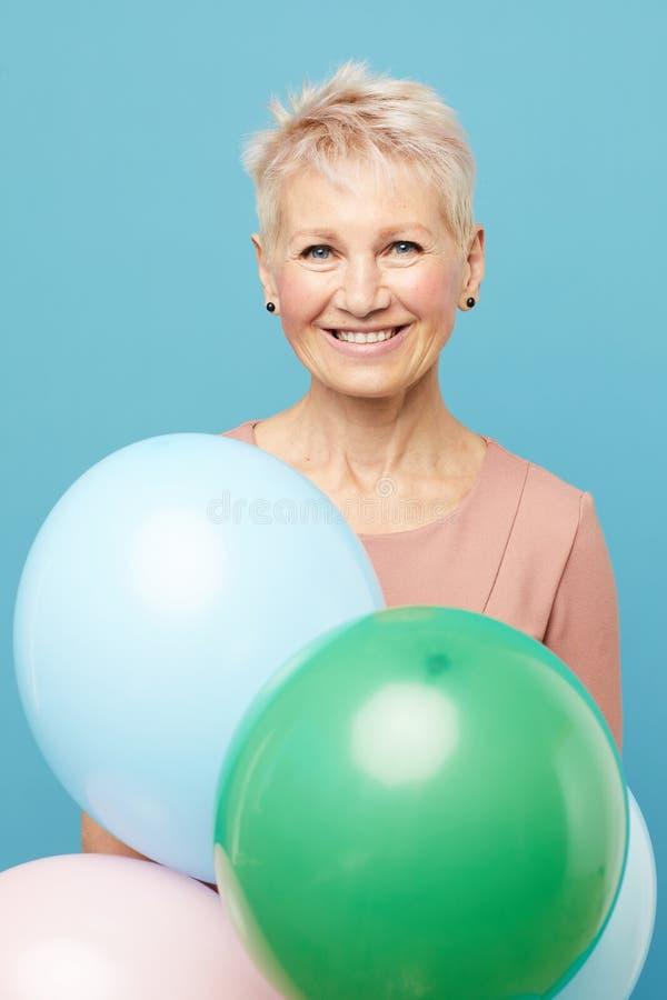 Señora alegre con los globos coloridos imagen de archivo libre de regalías