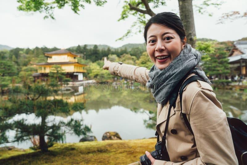Señora alegre que señala al templo del jardín de los ciervos imagen de archivo