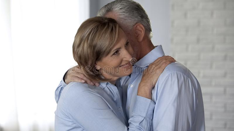 Señora alegre y hombre envejecidos que abrazan, matrimonio armonioso, relaciones confiables imagen de archivo