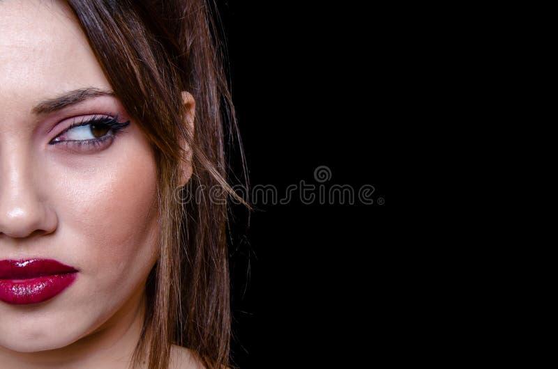 Señora apuesta con mirada roja del lápiz labial lejos fotos de archivo libres de regalías