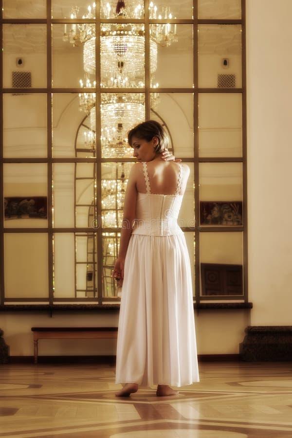 Señora aristocrática en el pasillo del apartamento fotos de archivo