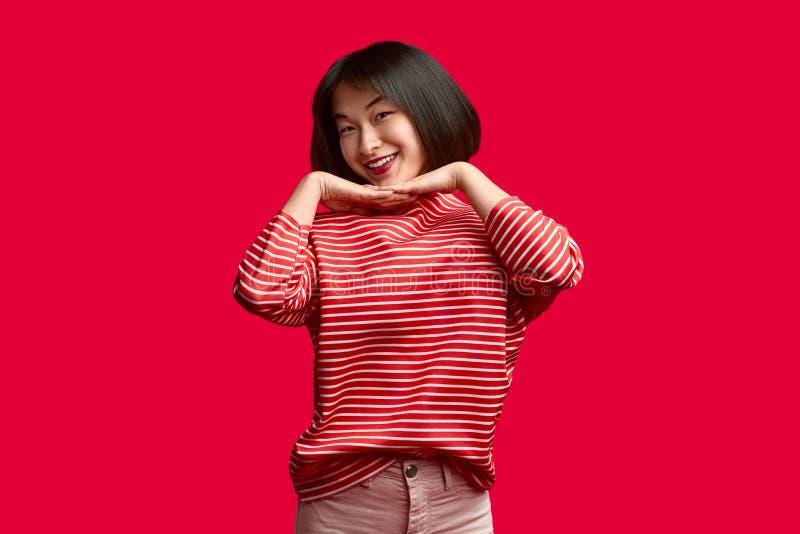 Señora asiática amistosa que mira la cámara fotos de archivo libres de regalías