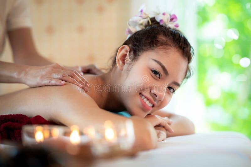 Señora asiática en tienda del balneario y relajarse por masaje tailandés del aceite imagenes de archivo