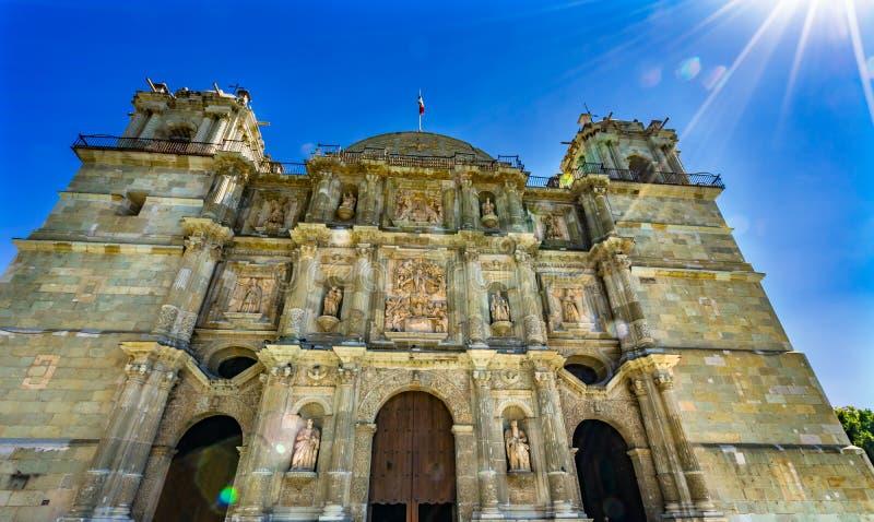 Se?ora Assumption Cathedral Church Oaxaca M?xico de las torres de las estatuas de la fachada de Sun fotografía de archivo libre de regalías