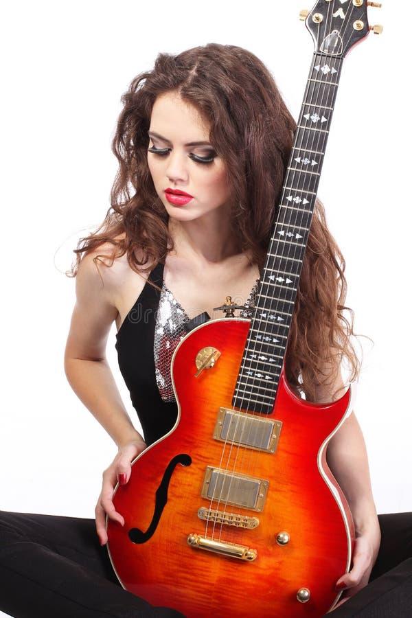 Señora atractiva con la guitarra brillante imagenes de archivo