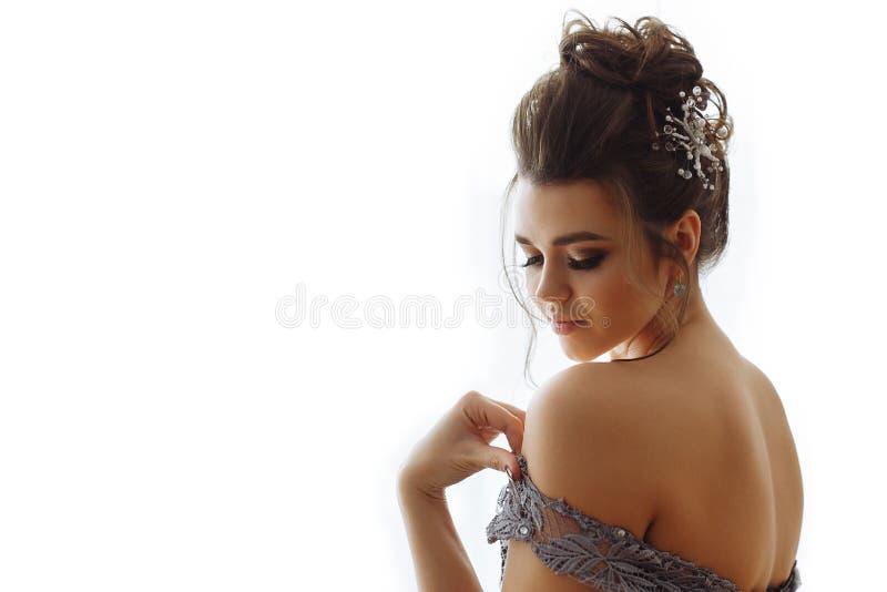 Señora atractiva con maquillaje en vestido erótico imagenes de archivo