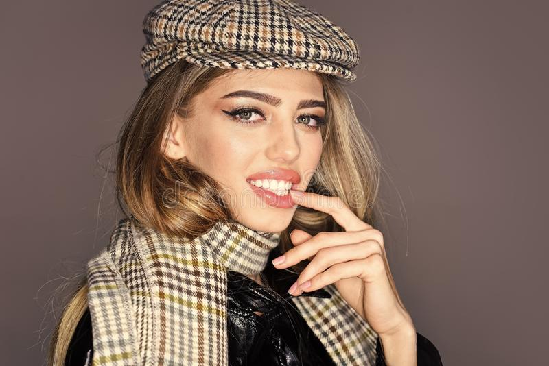 Señora atractiva en el equipo de moda, cierre para arriba La mujer en cara atractiva con compone con los accesorios a cuadros Mod fotografía de archivo libre de regalías