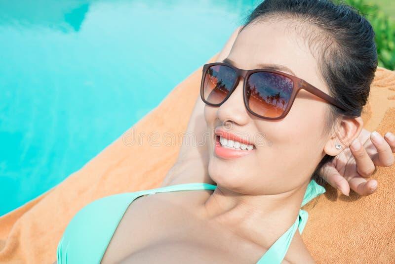 Señora atractiva en la piscina imágenes de archivo libres de regalías