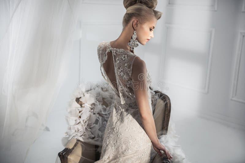 Señora atractiva que lleva un vestido blanco de lujo imagen de archivo