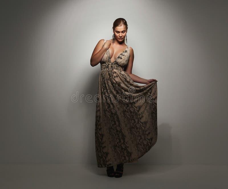 Señora bastante joven en un vestido de noche elegante imagen de archivo libre de regalías