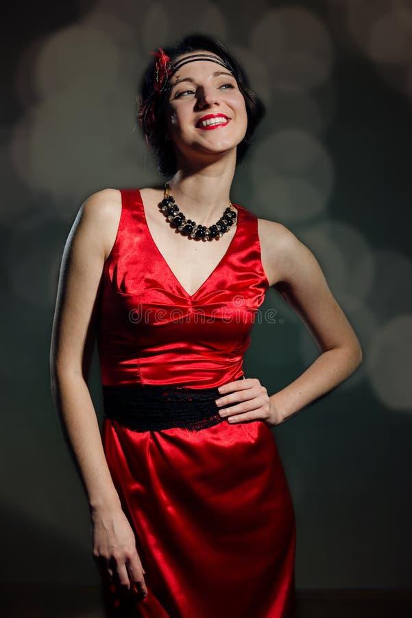 Señora bastante joven en un vestido rojo elegante imagen de archivo
