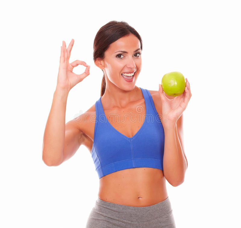 Señora bastante latina en la dieta que sostiene la fruta fotografía de archivo