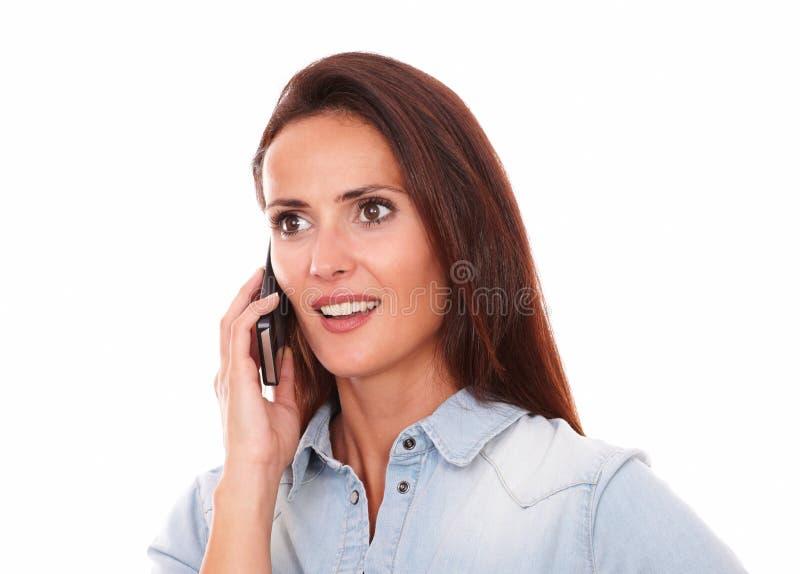 Señora bastante sola que habla en su teléfono fotografía de archivo