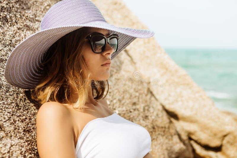 Señora bonita en equipo del verano en la playa imagen de archivo