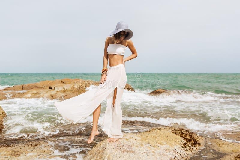 Señora bonita en equipo del verano en la playa foto de archivo libre de regalías