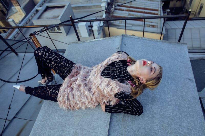 Señora bonita joven de la moda en el top del tejado que tiene tiempo del partido de la diversión, concepto de la gente de la form fotografía de archivo libre de regalías