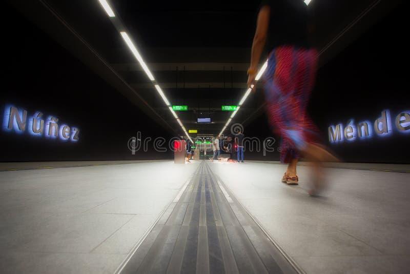 Señora borrosa, estación subterráneo de la tranvía, Granada fotos de archivo