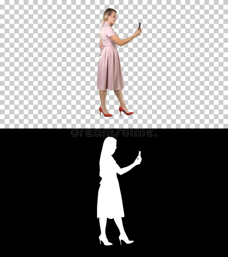 Señora bueno-vestida apuesta adorable imponente agradable magnífica dulce linda que hace el selfie mientras que camina, Alpha Cha libre illustration
