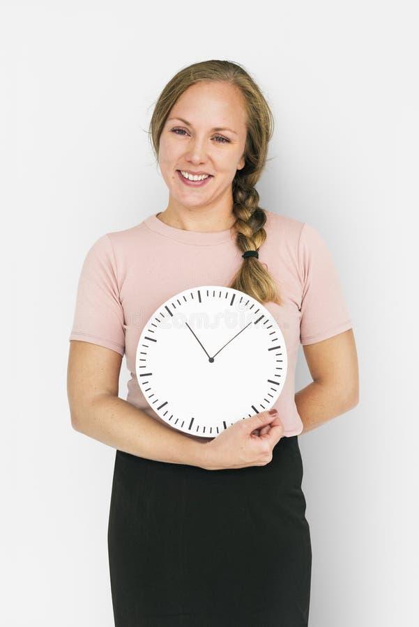 Señora caucásica Holding Clock Concept foto de archivo
