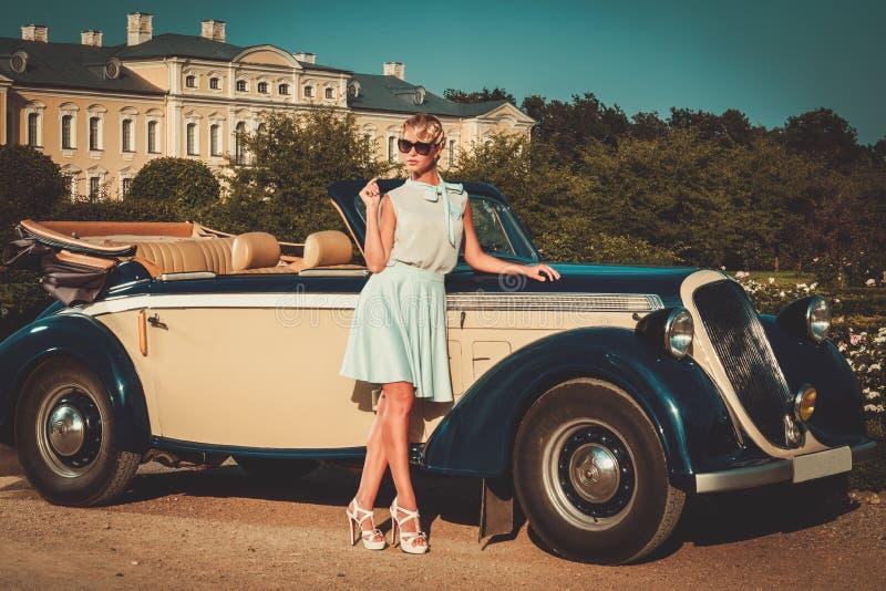 Señora cerca del coche clásico imagenes de archivo