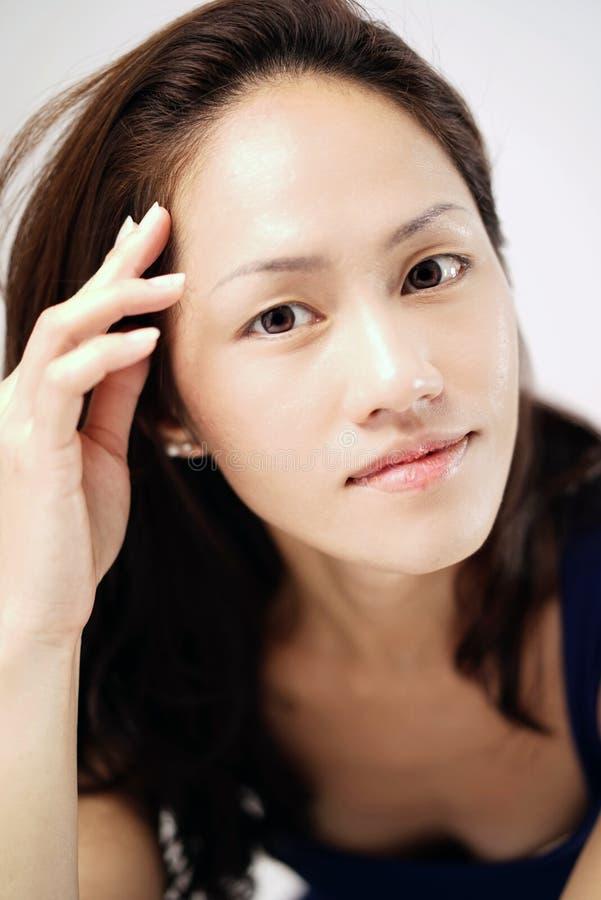 Señora china asiática que pega una actitud del encanto fotos de archivo libres de regalías