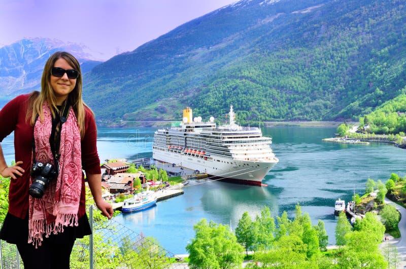 Señora con el barco de cruceros en el fiordo noruego foto de archivo