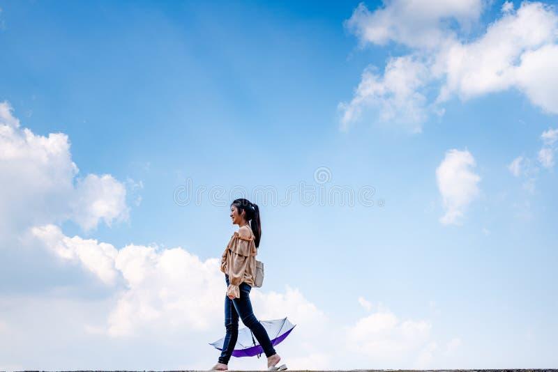 Señora con el cielo agradable lleno fotografía de archivo libre de regalías