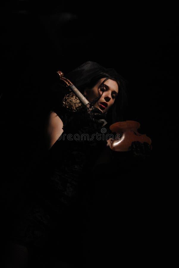 Señora con el violín quebrado foto de archivo libre de regalías