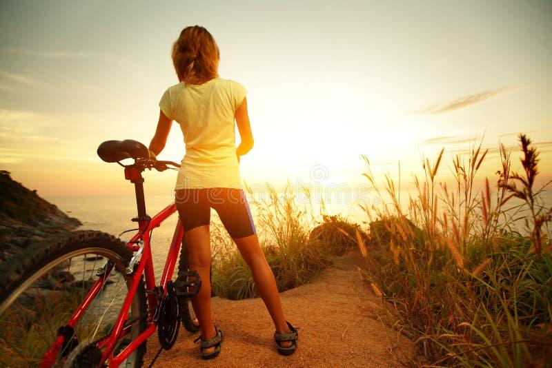 Señora con la bicicleta imagenes de archivo