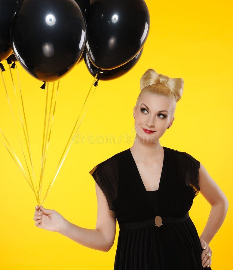 señora con los globos negros fotos de archivo libres de regalías