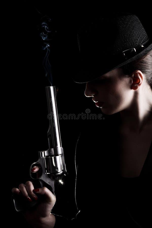 Señora con un revólver fotografía de archivo libre de regalías
