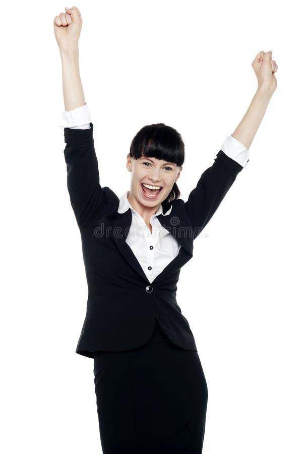 Señora corporativa jubilosa que lanza para arriba sus manos imagen de archivo libre de regalías