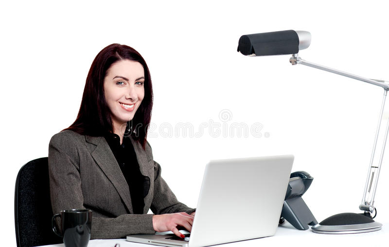 Señora corporativa profesional en el trabajo. Tiro de interior foto de archivo