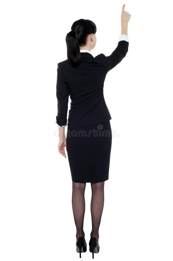 Señora corporativa profesional que señala en el espacio de la copia fotografía de archivo libre de regalías
