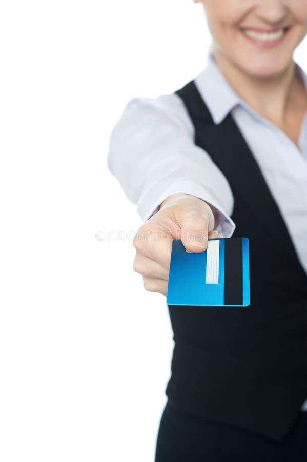 Señora corporativa que le ofrece su tarjeta de crédito foto de archivo libre de regalías