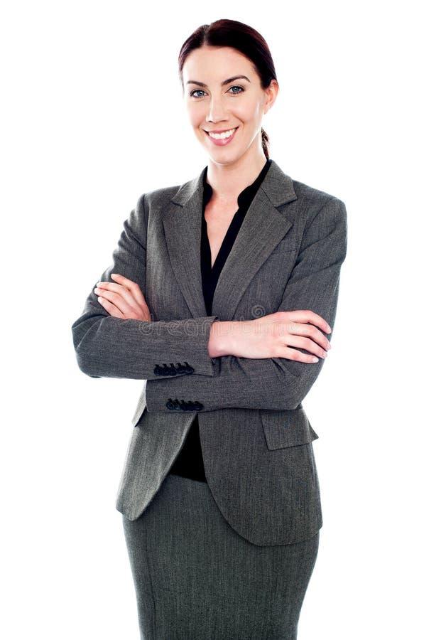 Señora corporativa que se coloca con sus brazos cruzados foto de archivo