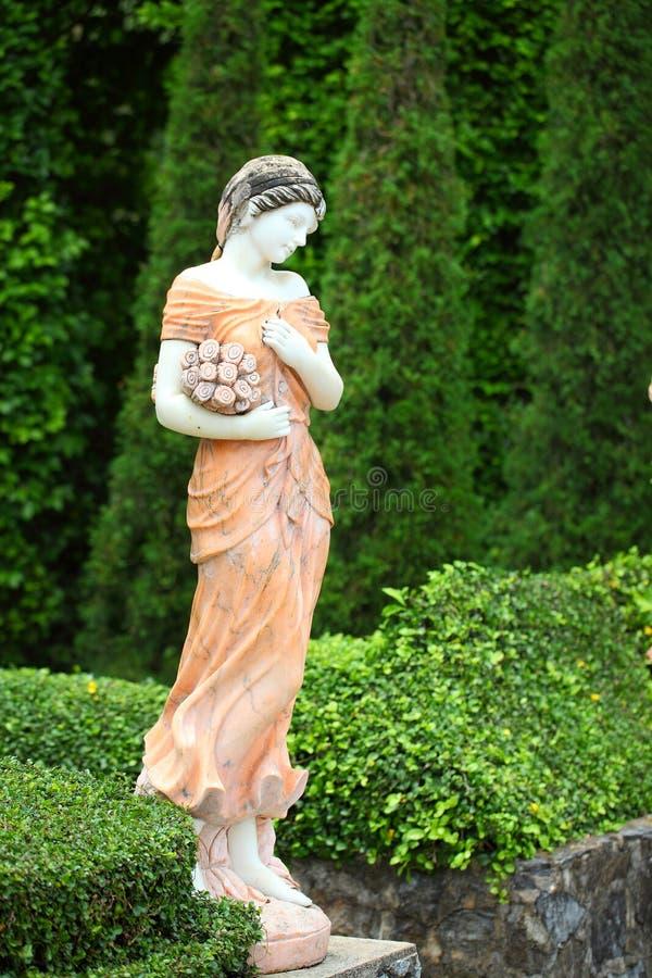 Señora de la estatua en el jardín fotografía de archivo libre de regalías