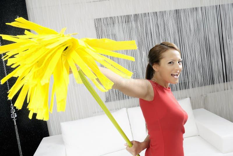 Señora de la limpieza divertida en hogar fotografía de archivo libre de regalías