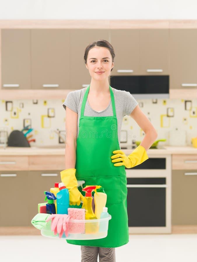 Señora de la limpieza en casa imagenes de archivo