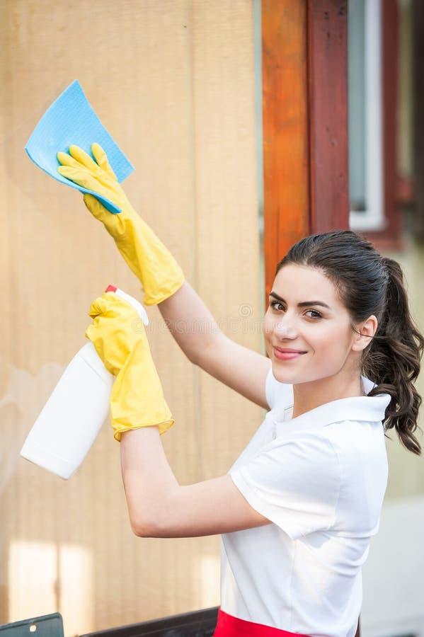 Señora de la limpieza en el trabajo fotografía de archivo libre de regalías