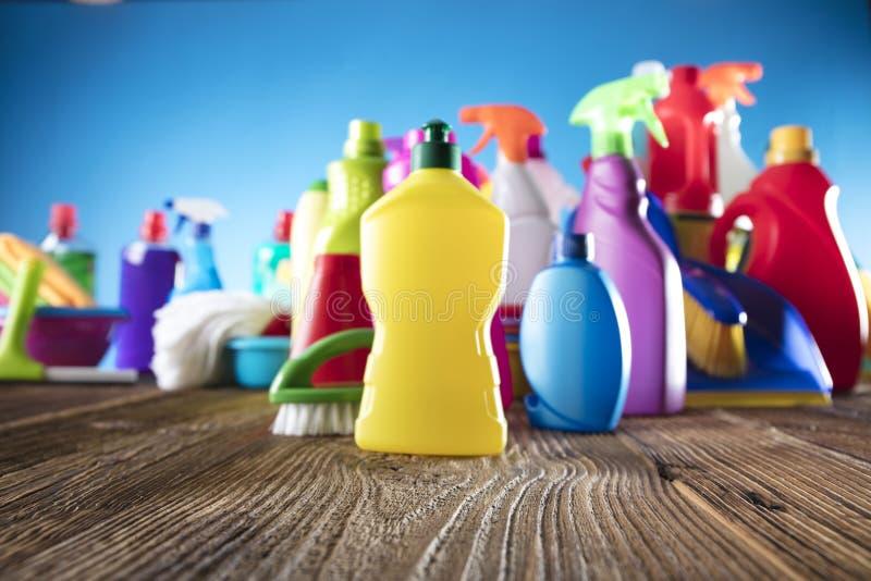 Señora de la limpieza que señala el shooting de la botella del aerosol de la limpieza feliz y la sonrisa imagen de archivo