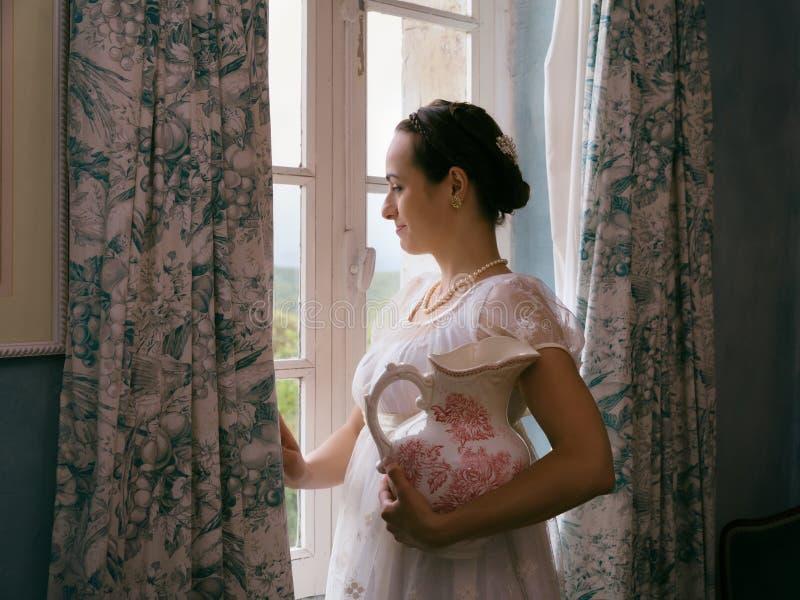 Señora de la regencia que mira afuera imágenes de archivo libres de regalías