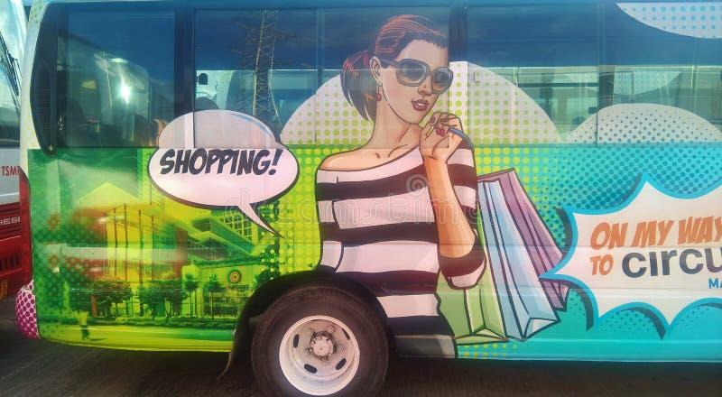 Señora de las compras como abrigo del autobús foto de archivo libre de regalías